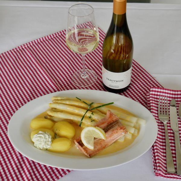 Portion Spargel mit Wildlachs